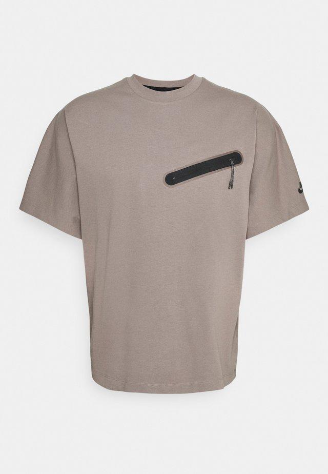 T-shirt print - taupe haze