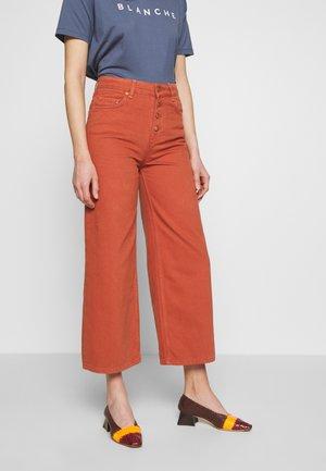 ALIA CLEAN PANTS - Flared-farkut - spice