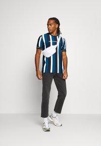 Kings Will Dream - KINGSLEY - T-shirt imprimé - blue/black/white - 1