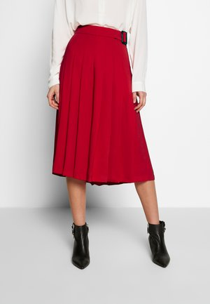 PLEATED BERMUDA SKORT - Áčková sukně - red