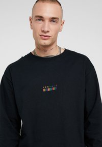 Mennace - RAINBOW BARCODE - Long sleeved top - black - 4