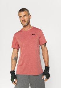 Nike Performance - HYPER DRY - T-shirts print - rust pink heather/black - 0