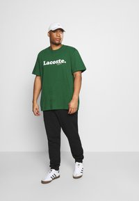 Lacoste - PLUS  - Print T-shirt - dark green - 1