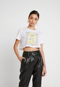 NA-KD - SIGN CROPPED TEE - T-shirt con stampa - white - 0