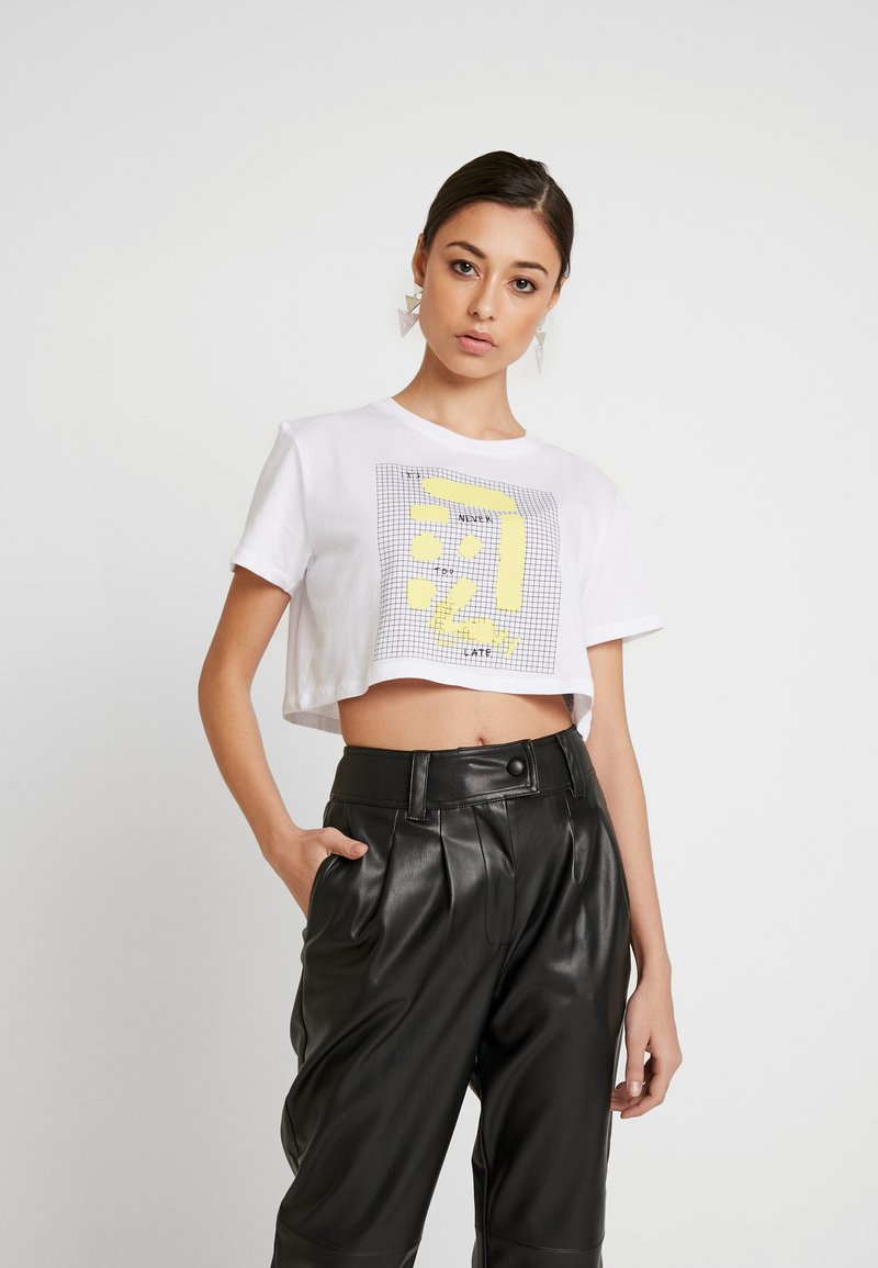 NA-KD - SIGN CROPPED TEE - T-shirt con stampa - white