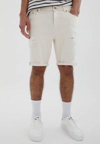 PULL&BEAR - SLIM-FIT  - Jeansshorts - mottled beige - 0