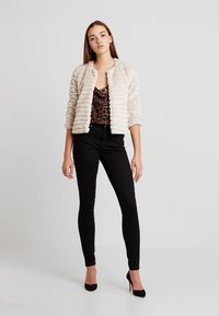 Vero Moda - VMHOT SEVEN SLIM PUSH UP PANTS - Trousers - black - 1