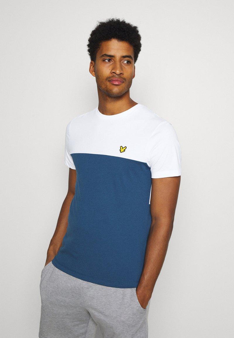 Lyle & Scott - VENTURE COLOUR BLOCKTEE - T-shirt med print - aegean blue