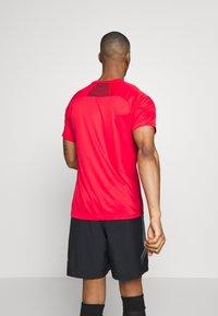 Umbro - TRAINING GRAPHIC TEE - Print T-shirt - toreador - 2