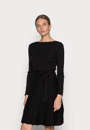 DRESS ERIN - Pletené šaty - black
