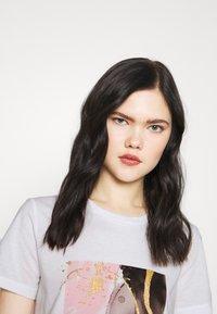 Vero Moda - VMANAIS - Print T-shirt - snow white/beech marble - 3