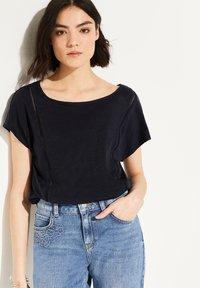 comma casual identity - MIT NETZ-EINSATZ - Print T-shirt - marine - 0