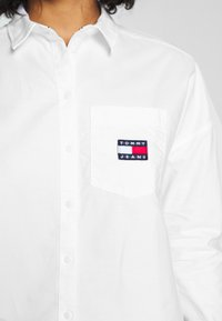 Tommy Jeans - BADGE - Button-down blouse - white - 5