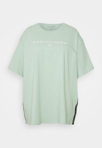 CORA BOYFRIEND - Print T-shirt - green
