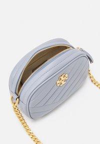 Tory Burch - KIRA CHEVRON SMALL CAMERA BAG - Taška spříčným popruhem - cloud blue - 2