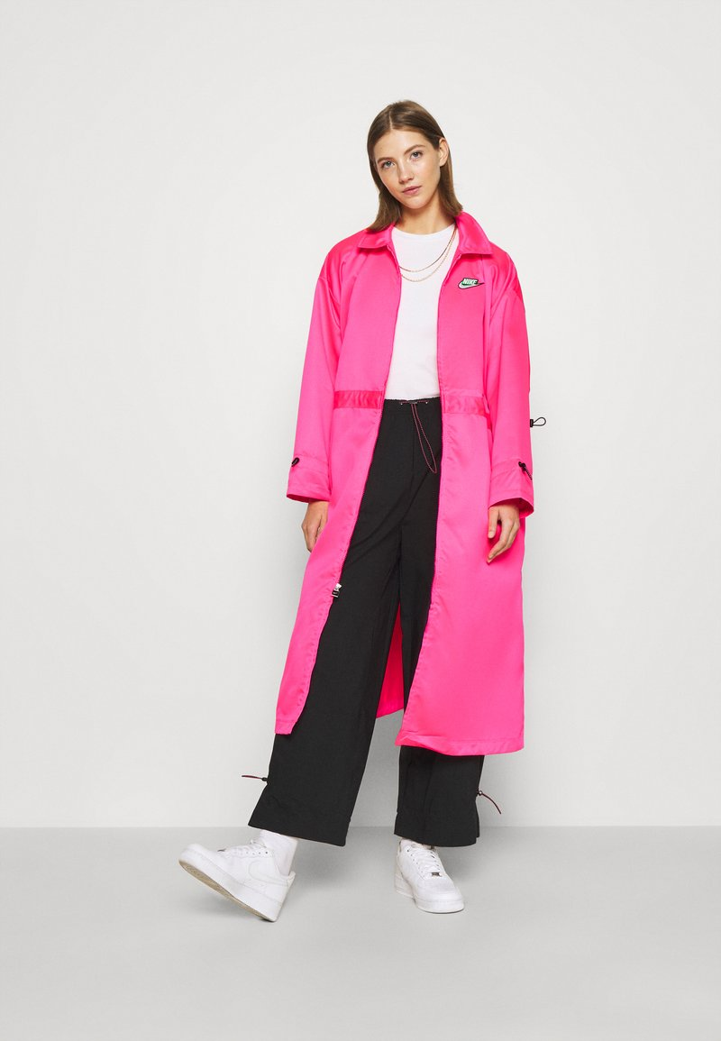 Nike Sportswear - W NSW ICN CLSH LNG JKT SATIN - Summer jacket - hyper pink