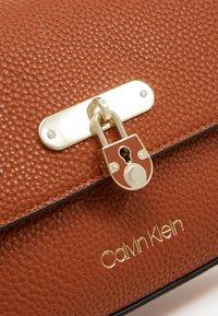 Calvin Klein - FLAP TOP HANDLE - Sac à main - brown - 4