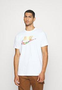 Nike Sportswear - TEE PREHEAT  - T-shirt con stampa - white - 0