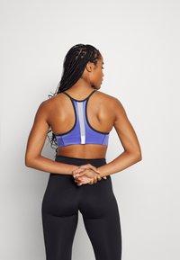 Nike Performance - INDY PRO BRA - Sport-BH med lätt stöd - black/lapis/white/metallic silver - 2