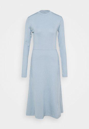 HONOR - Žerzejové šaty - light blue