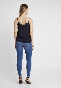 Vero Moda - VMTANYA PIPING - Jeans Skinny Fit - medium blue denim - 2