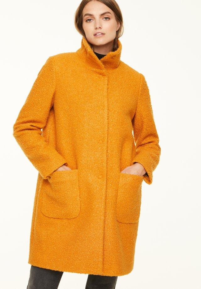 MIT STEHKRAGEN - Short coat - curry