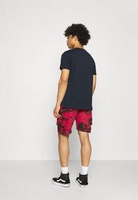 Urban Threads - TIE DYE CARGO UNISEX  - Shorts - red/black - 2