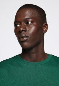 Bruuns Bazaar - GUSTAV BUSTER TEE - Basic T-shirt - dark green - 3
