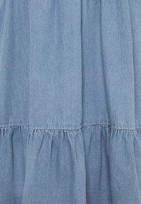 Vero Moda Tall - VMMARIA FRILL DRESS - Denimové šaty - light blue denim - 6