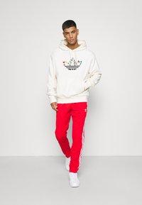 adidas Originals - Spodnie treningowe - red/white - 1