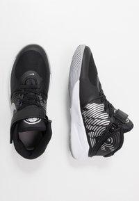 Nike Performance - TEAM HUSTLE D 9 FLYEASE UNISEX - Obuwie do koszykówki - black/metallic silver/wolf grey - 0