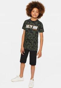 WE Fashion - WE FASHION JONGENS T-SHIRT MET TEKSTOPDRUK - Camiseta estampada - green, anthracite - 1