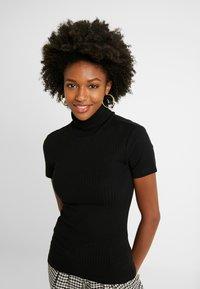 Anna Field Tall - SHORT SLEEVE ROLL NECK - Print T-shirt - black - 3