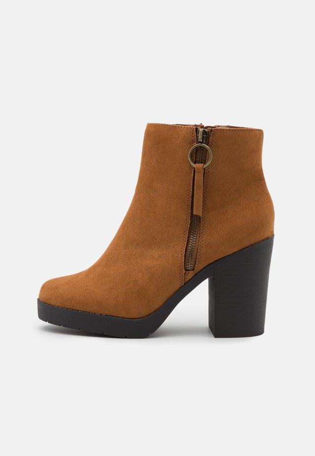 WIDE FIT ABBY SIDE ZIP BOOT - Enkellaarsjes met hoge hak - tan