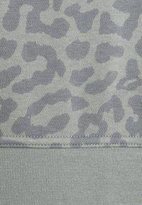 Nike Performance - Sweatshirt - particle grey/white - 2