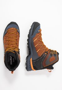 Salewa - MTN TRAINER LITE MID GTX - Trekingové boty - black out/carrot - 1