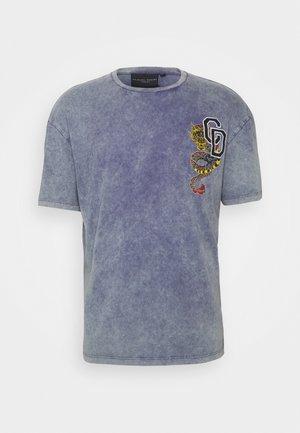 COLLEGE DRAGON TEE - Print T-shirt - purple