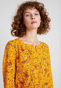 TOM TAILOR - DRESS WITH PINTUCKS - Košilové šaty - yellow - 5