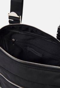 Mennace - CHUNKY CHAIN BODY BAG UNISEX - Sac banane - black - 2