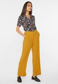 WE Fashion - MIT WEITEM HOSENBEIN UND HOHER TAILLE - Trousers - mustard yellow - 1