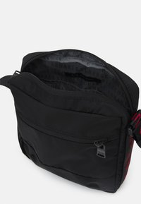 Armani Exchange - CROSSBODY UNISEX - Taška spříčným popruhem - black/red - 2