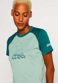 Zimtstern - PURE FLOWZ  - Print T-shirt - granite green/pacific green/blush - 4