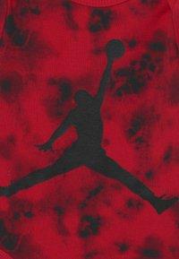 Jordan - TYE DYE SET UNISEX - T-shirt imprimé - gym red - 2