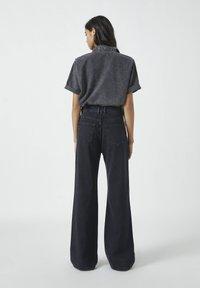 PULL&BEAR - MIT HOHEM BUND - Jeans a zampa - black - 2