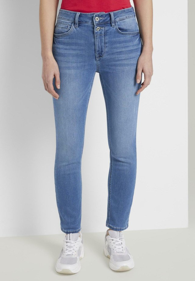 TOM TAILOR JEANSHOSEN KATE SLIM JEANS IN ANKLE-LÄNGE - Jeans slim fit - mid stone bright blue denim