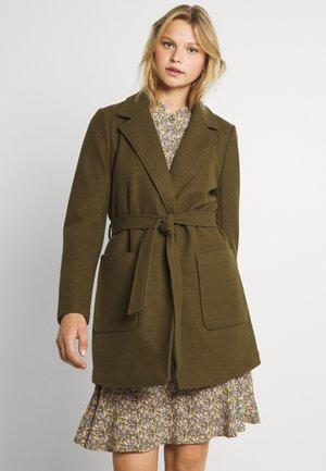 VICATTY BELTED COLLAR COAT - Short coat - dark olive