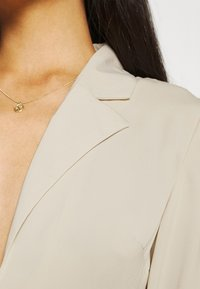 NA-KD - FRONT TIE BLOUSE - Maglietta a manica lunga - beige - 4