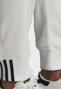 adidas Originals - R.Y.V. JOGGERS - Tracksuit bottoms - white - 6