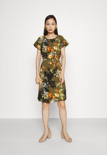 VIDIANA FLOUNCE DRESS - Denní šaty - khaki/khaki tropical print