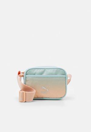 PRIME GLOAMING CROSS BODY BAG - Bandolera - peach parfait